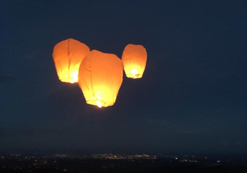 Ouest-Est lâche des lanternes célestes en souvenir des 101 enfants tués par la guerre au Donbass