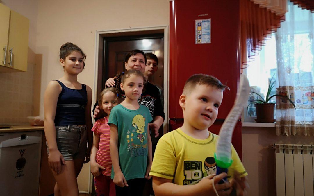 Reportage exclusif de Sputnik sur la dernière mission humanitaire d' Ouest-Est au Donbass en guerre.